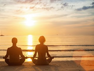 Meditatives Yoga beim Sonnenuntergang am Strand